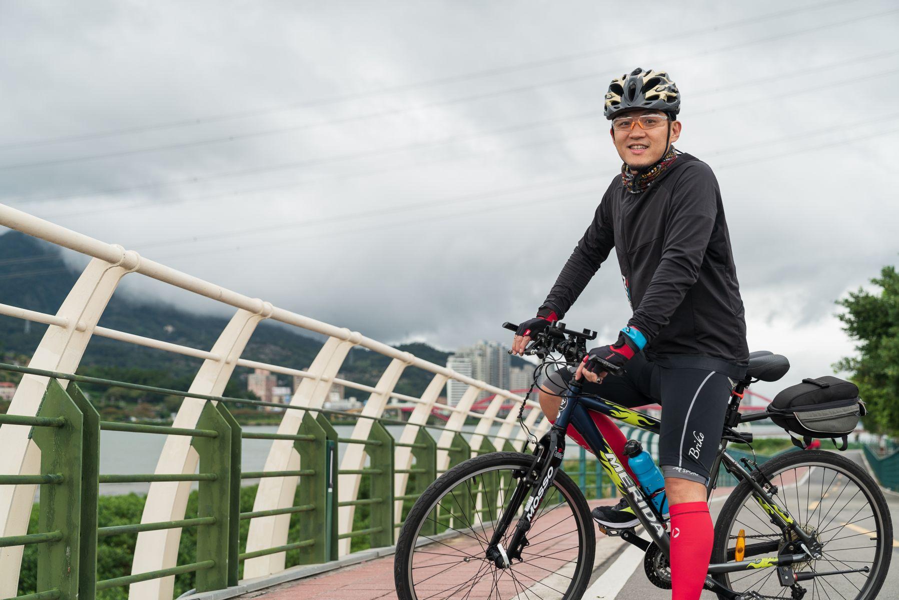 已經愛上運動的謝長勝,騎腳踏車的裝備愈來愈齊全
