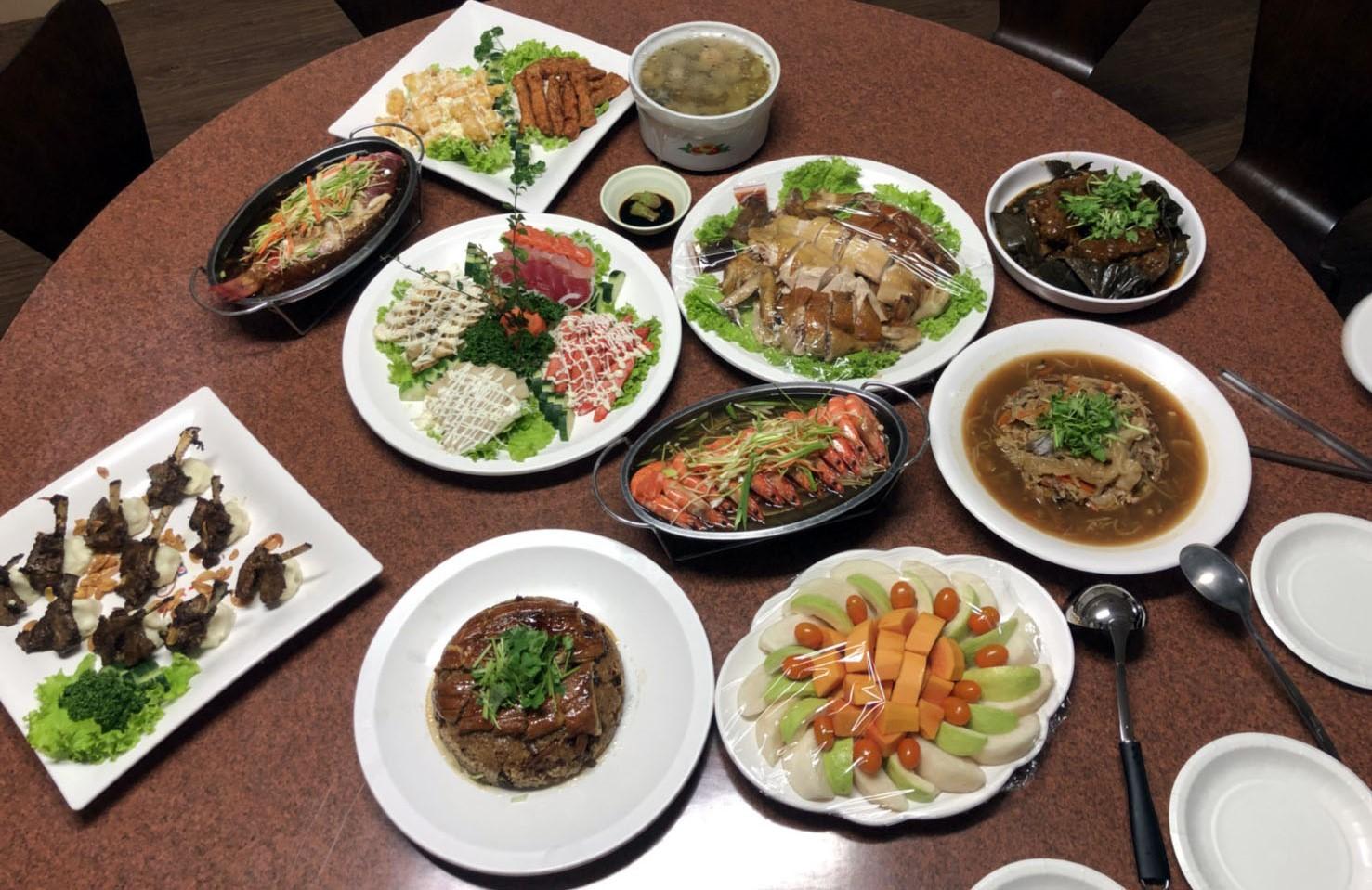 新生活教育中心每年過年,梁忠平都會為學員與職員們準備大餐