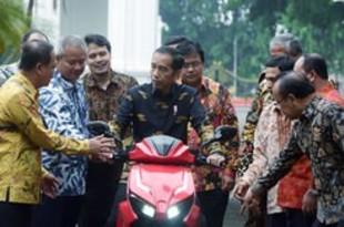 【インドネシア】初の国産電動スクーターを大統領にお披露目[車両](2018/11/12)