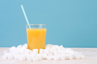 加糖飲料や100%果汁飲料の摂取でがん発症リスクが高まる