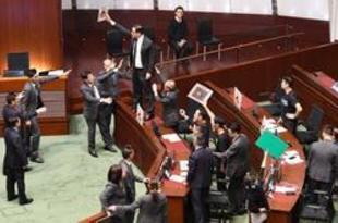 【香港】施政報告、議会で行えず=民主派議員が抗議[政治](2019/10/17)