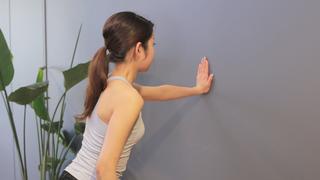 ズボラでもバストアップできる!?壁さえあればできる簡単トレーニング