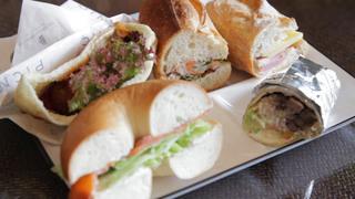 横浜みなとみらいのカフェ「PICNIC」のテラス席で世界のサンドイッチを楽しむ