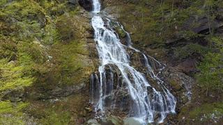 東日本一の名瀑! 落差121mの「精進ヶ滝」で、雄大な自然に思いを馳せて