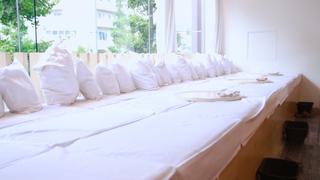 """これぞ至極の癒し!""""ふかふかベッド""""で寝転んで食事ができるカフェ「chano-ma」"""