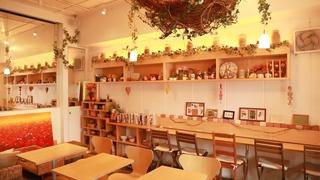 フランス雑貨に囲まれたおしゃれなお店「aroma cafe」でくつろぎの時を過ごそう!