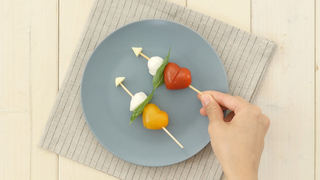 お出かけご飯の格上げレシピ!「カラフルハートのカプレーゼ 」
