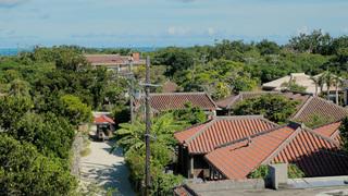 沖縄離島ののんびりアクティビティ「星のや竹富島」で水牛車散歩に機織り体験