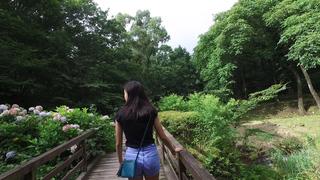 「Art Biotop 那須」的樹屋與花園。早晨的那須高原散步