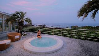 每間客房皆能欣賞高知縣室戶岬其奢華海景的「星野集團 UTOCO」