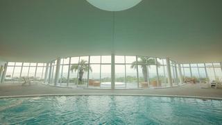 宛如待在母親身體裡的胎兒!?「星野集團 UTOCO」的海洋深層水游泳池