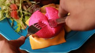 ピンクのハンバーガーがフォトジェニック! 大阪のレトロカフェ「太陽ノ塔 GREEN WEST店」