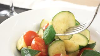 彩りも栄養も満点! 美肌を目指す和え物レシピ「 トマトとズッキーニのガーリックマリネ」