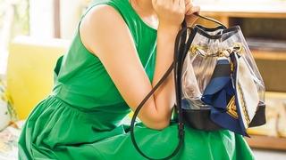 ピアスもバッグもクリア素材が可愛い♡鮮やかグリーンワンピで着映えする休日コーデ