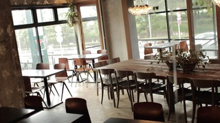 駒沢公園の緑を眺めるオープンなカフェ「コマザワ パーク カフェ」