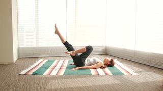 寝る前の簡単ストレッチ!30秒でお腹痩せ&脚痩せを目指す方法