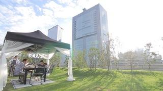 新宿「NEWoMan」で屋上グランピング  草原へワープしたような都心のリゾート空間