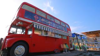 白浜のビーチに止まる赤いバスにキュンッ。福岡・糸島「ロンドンバスカフェ」の体が喜ぶジェラート