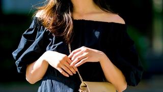 小さめバッグはひも短め&斜め掛けで一気にオシャレになる!ワンピのシンプルコーデ