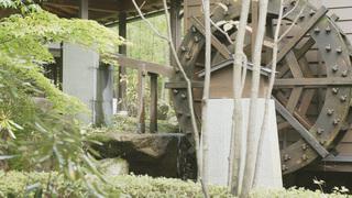 「星野リゾート 界 川治」の水車小屋、夜は囲炉裏でお酒を楽しむバーに