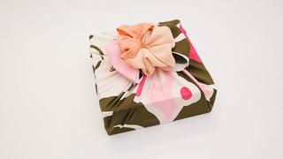 四角い箱にぴったり!かわいすぎる風呂敷包み「大輪の花包み」