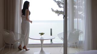 相模湾を一望するリッチな和洋の客室。「星野リゾ—ト 界 熱海」のおもてなし