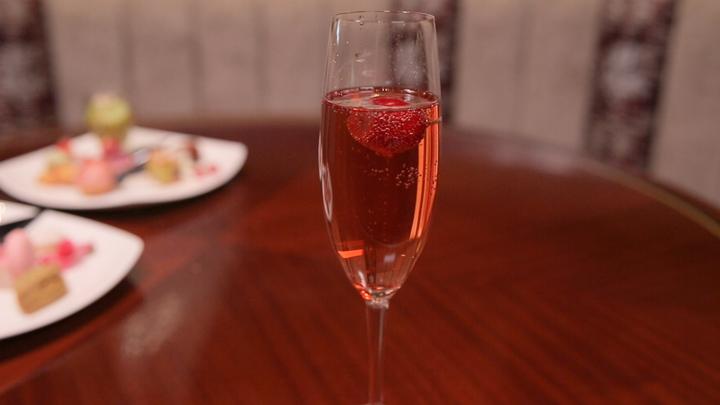 予約時に「ルトロンを見た」で 季節のフルーツ入りロゼスパークリングワインプレゼント