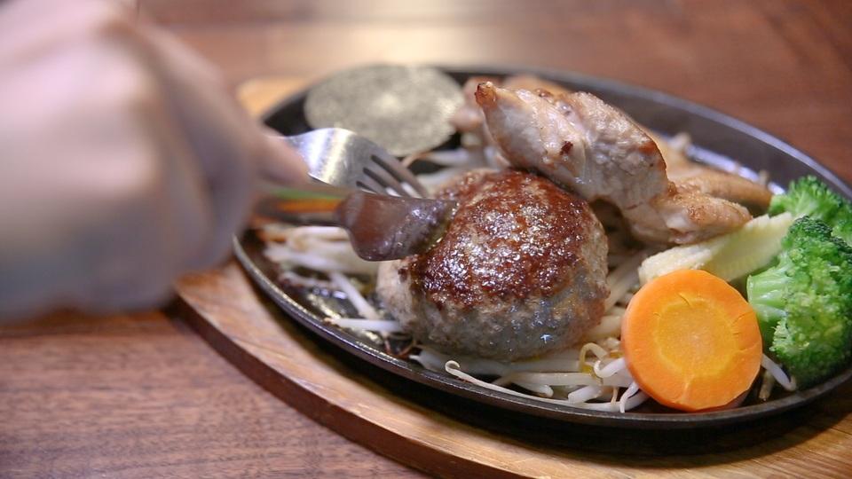 「筋肉食堂 水道橋店」の「鶏モモ肉 200g + 牛赤身肉のレアハンバーグ 150g」