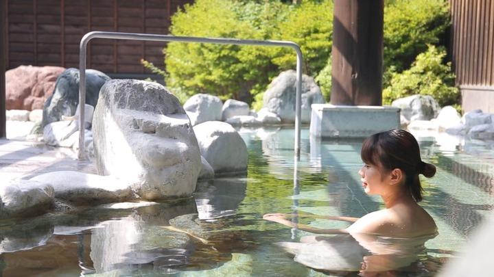 「ふじやま温泉」に浸かる女性