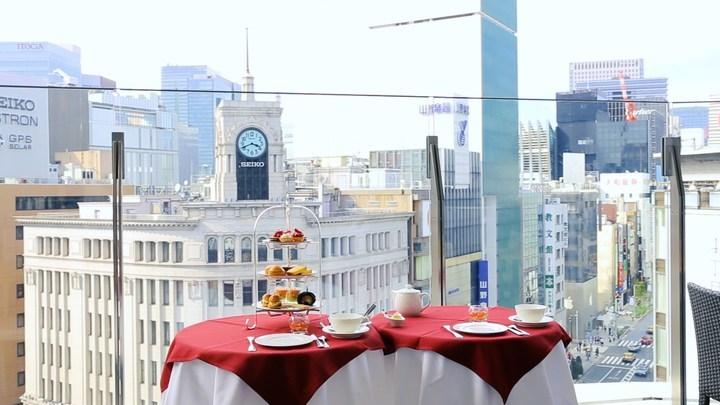 和光本館の時計台を望む「ビストロマルクス」のテラス席