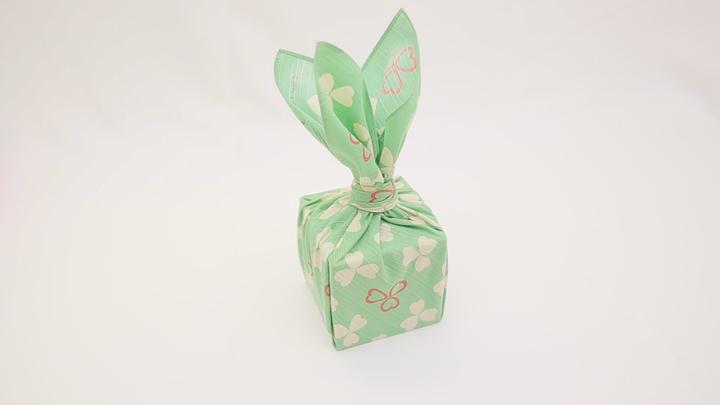 """風呂敷で華やかラッピング♪ 簡単な贈り物が""""リッチ見え""""する「たばね包み」の1番目の画像"""