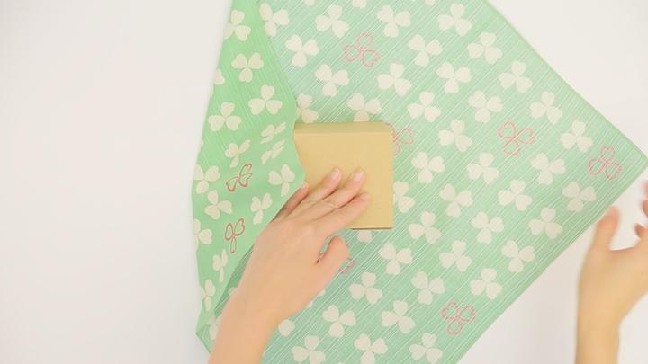 """風呂敷で華やかラッピング♪ 簡単な贈り物が""""リッチ見え""""する「たばね包み」の3番目の画像"""