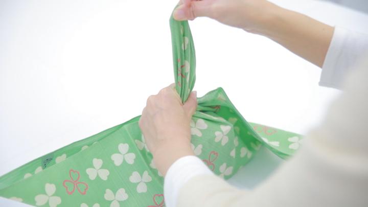 """風呂敷で華やかラッピング♪ 簡単な贈り物が""""リッチ見え""""する「たばね包み」の4番目の画像"""