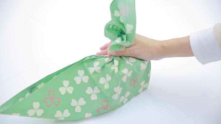 """風呂敷で華やかラッピング♪ 簡単な贈り物が""""リッチ見え""""する「たばね包み」の5番目の画像"""