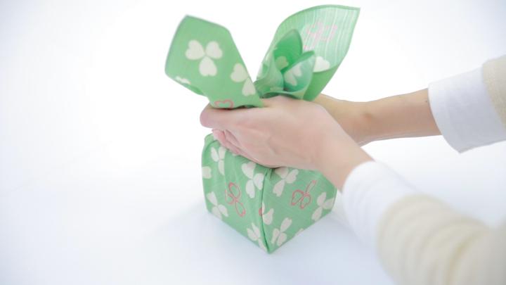 """風呂敷で華やかラッピング♪ 簡単な贈り物が""""リッチ見え""""する「たばね包み」の6番目の画像"""