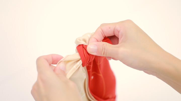 2本の瓶も風呂敷で軽々運べる♪「合わせ包み」の包み方の7番目の画像