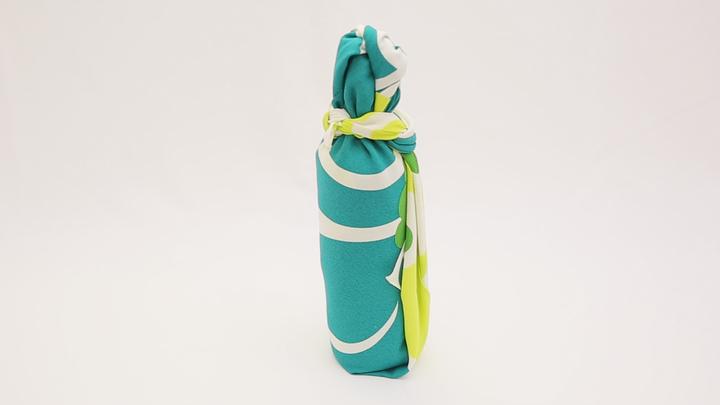 お酒のお土産や持ち運びも風呂敷で!瓶の包み方「巻き包み」の1番目の画像