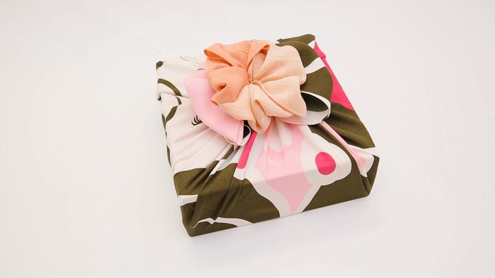 風呂敷の包み方でギフトをアレンジ♪箱の包装にぴったりな「大輪の花包み」の1番目の画像