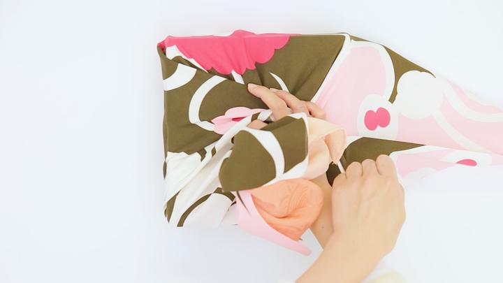 風呂敷の包み方でギフトをアレンジ♪箱の包装にぴったりな「大輪の花包み」の4番目の画像