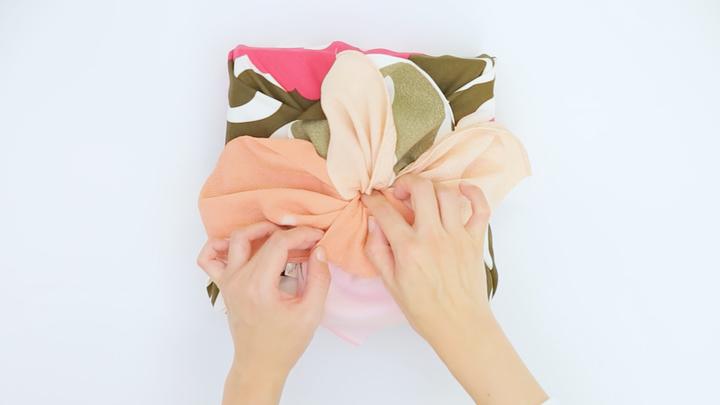 風呂敷の包み方でギフトをアレンジ♪箱の包装にぴったりな「大輪の花包み」の6番目の画像