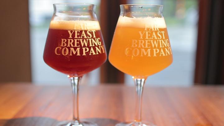 2つ並んだクラフトビールのグラス