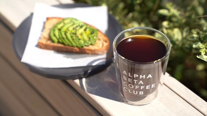 新感覚コーヒーとアボカドトースト