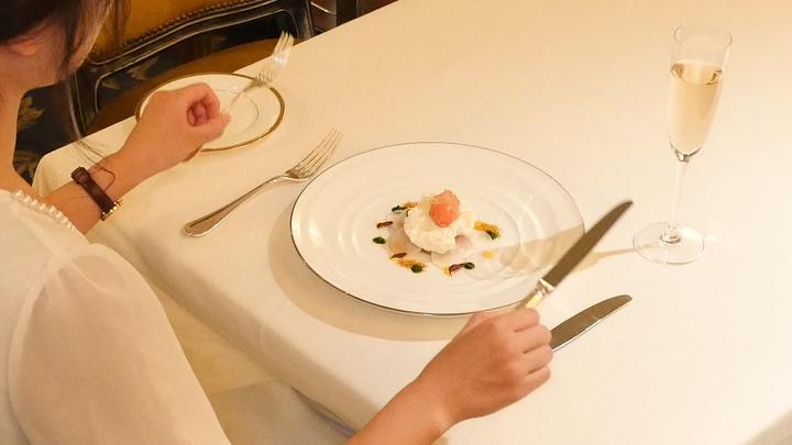 ナイフをフォークの使い方のテーブルマナー