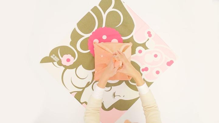 風呂敷の包み方でギフトをアレンジ♪箱の包装にぴったりな「大輪の花包み」の2番目の画像