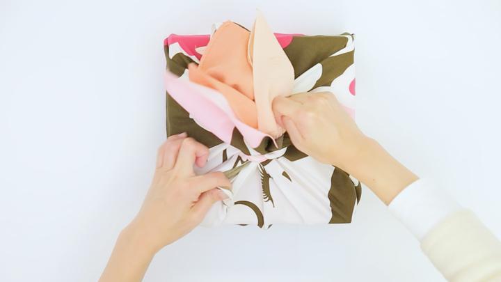 風呂敷の包み方でギフトをアレンジ♪箱の包装にぴったりな「大輪の花包み」の5番目の画像