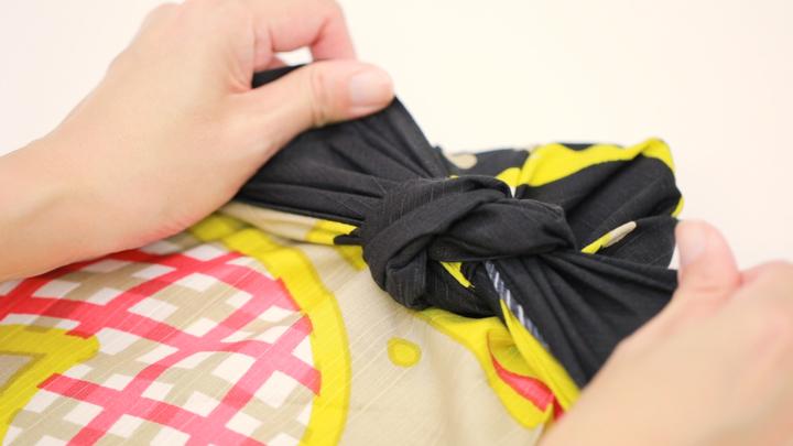 男性へのギフトも風呂敷で♡「リボン結び」のシンプルな包み方の8番目の画像