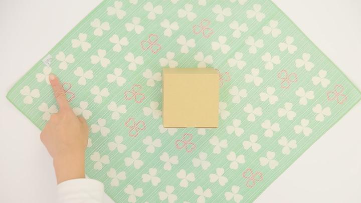 """風呂敷で華やかラッピング♪ 簡単な贈り物が""""リッチ見え""""する「たばね包み」の2番目の画像"""