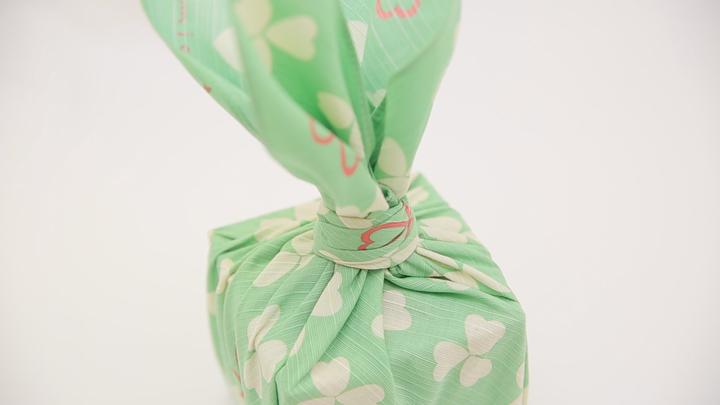 """風呂敷で華やかラッピング♪ 簡単な贈り物が""""リッチ見え""""する「たばね包み」の8番目の画像"""