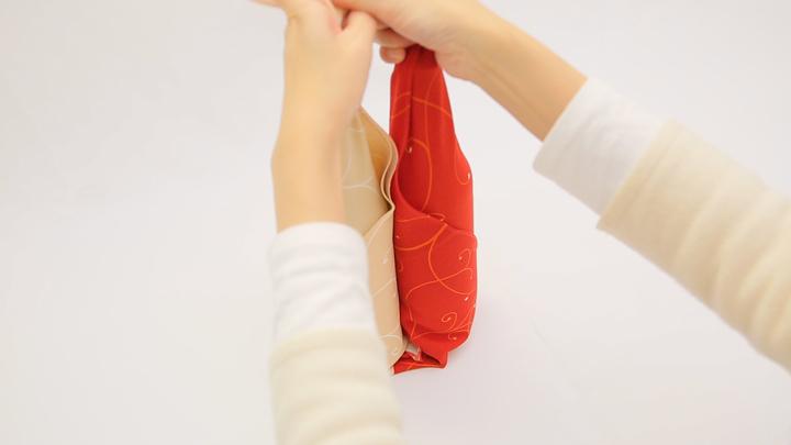 2本の瓶も風呂敷で軽々運べる♪「合わせ包み」の包み方の6番目の画像