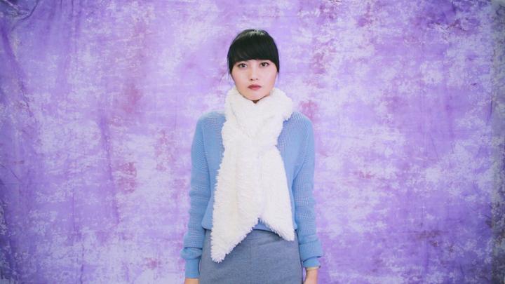 冬のマストアイテム!毛足の長いロングマフラーの巻き方で女子力アップの4番目の画像
